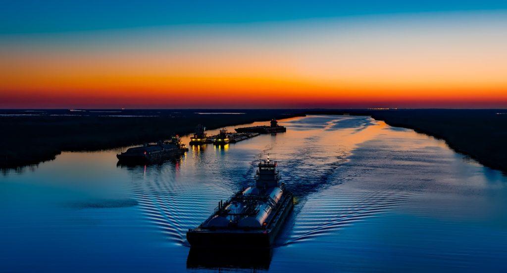 Bateaux fluviaux naviguant lors d'un coucher de soleil